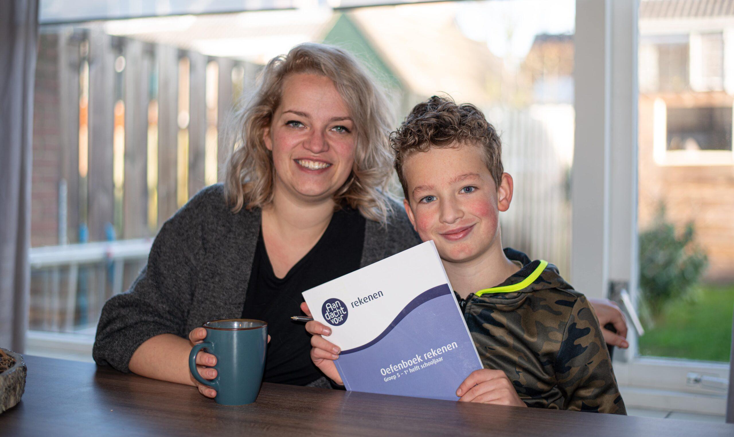 Moeder en zoon met oefenboek rekenen
