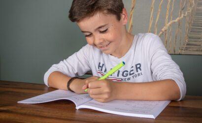 Jongetje schrijft in boek