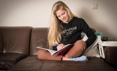 Meisje op de bank met oefenboek