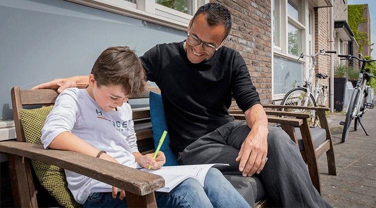 Vader helpt zoon bij redactiesommen