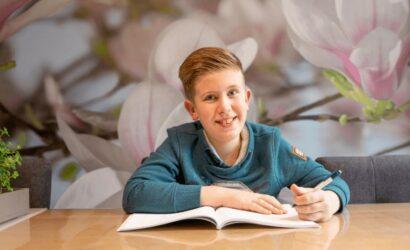 jongen oefenen boek
