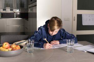 jongen schrijven schrift