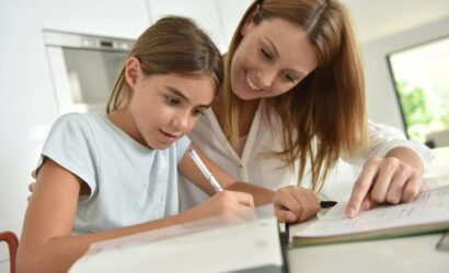 moeder en dochter maken huiswerk