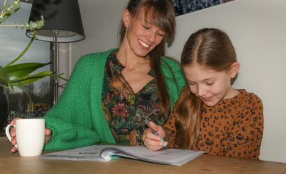 moeder met dochter aan het werk in oefenboek
