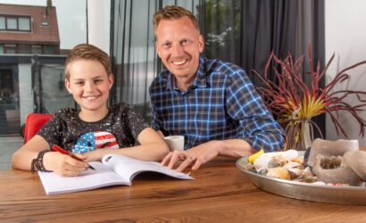 zoon en vader oefenen in oefenboek