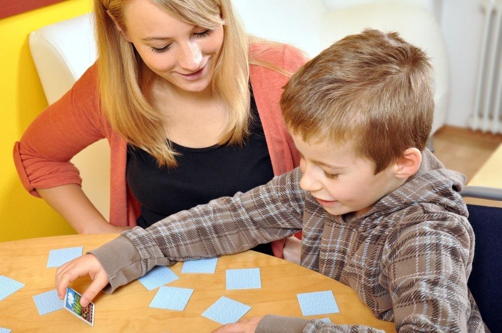 moeder en zoontje spelen memory