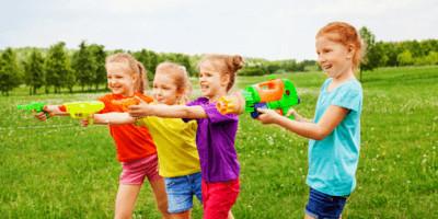 meisjes met waterpistolen