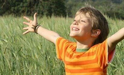 jongen handen in de lucht