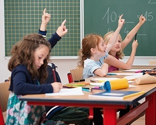 kinderen steken vinger op