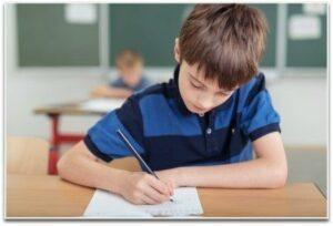 Jongen schrijven in klas