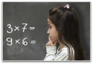 meisje voor schoolbord