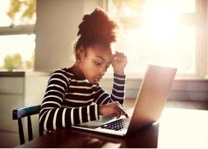 hoogbegaafd meisje achter laptop