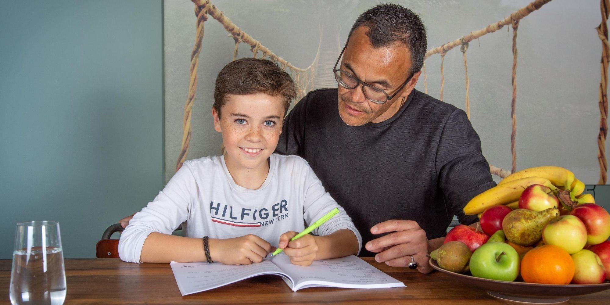 jongetje en vader schrijven