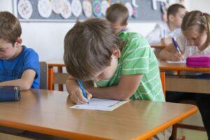 jongetje maakt toets in de klas