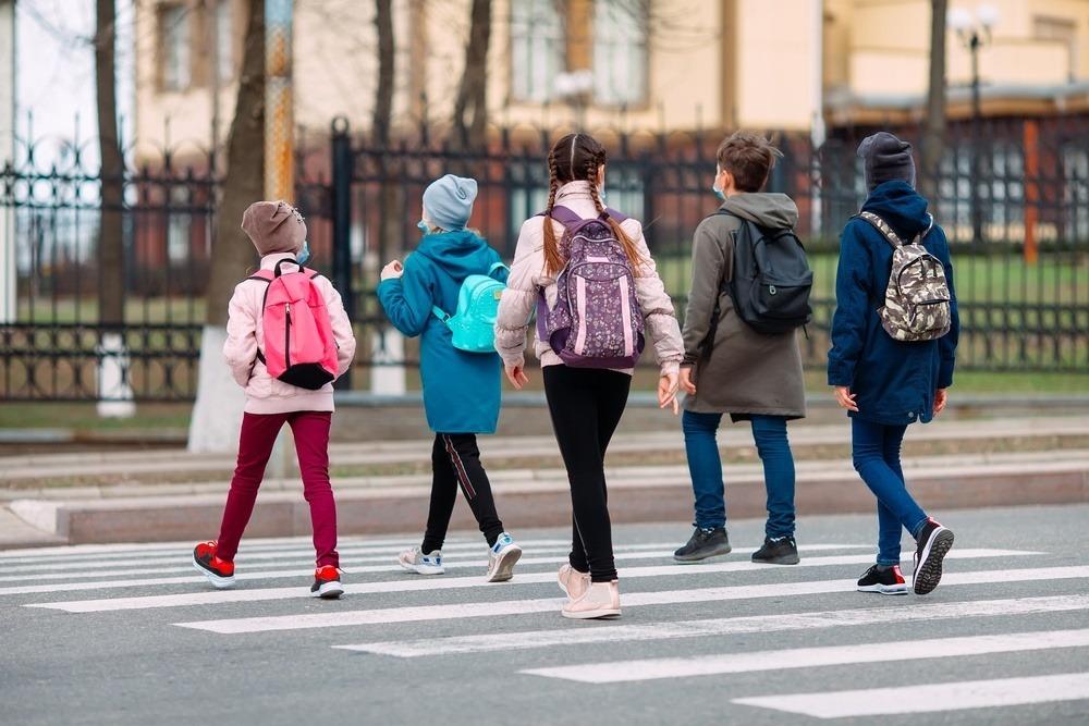 kinderen onderweg naar school
