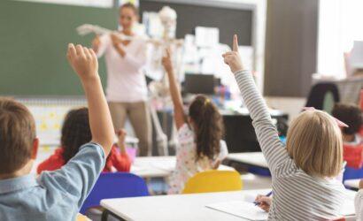 leerlingen steken vinger op klaslokaal