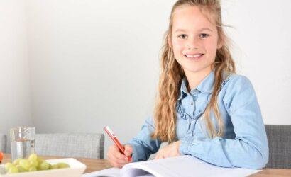 meisje maakt huiswerk