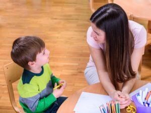 vrouw kind klaslokaal