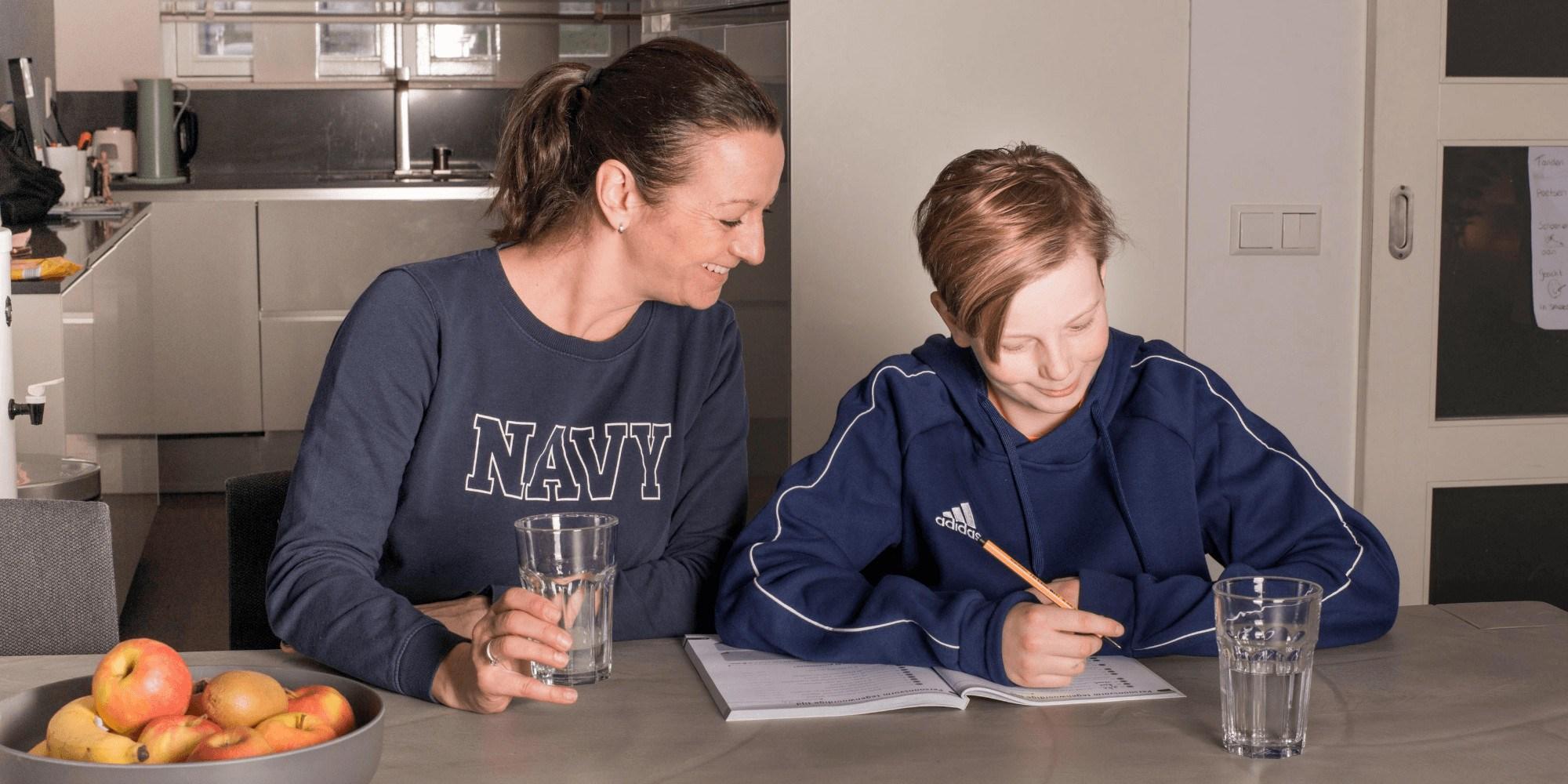 moeder en zoon oefenboek