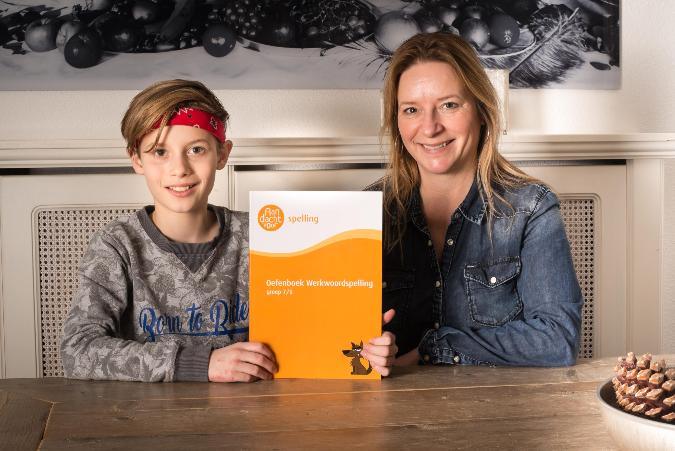 moeder en zoon met boek werkwoordspelling