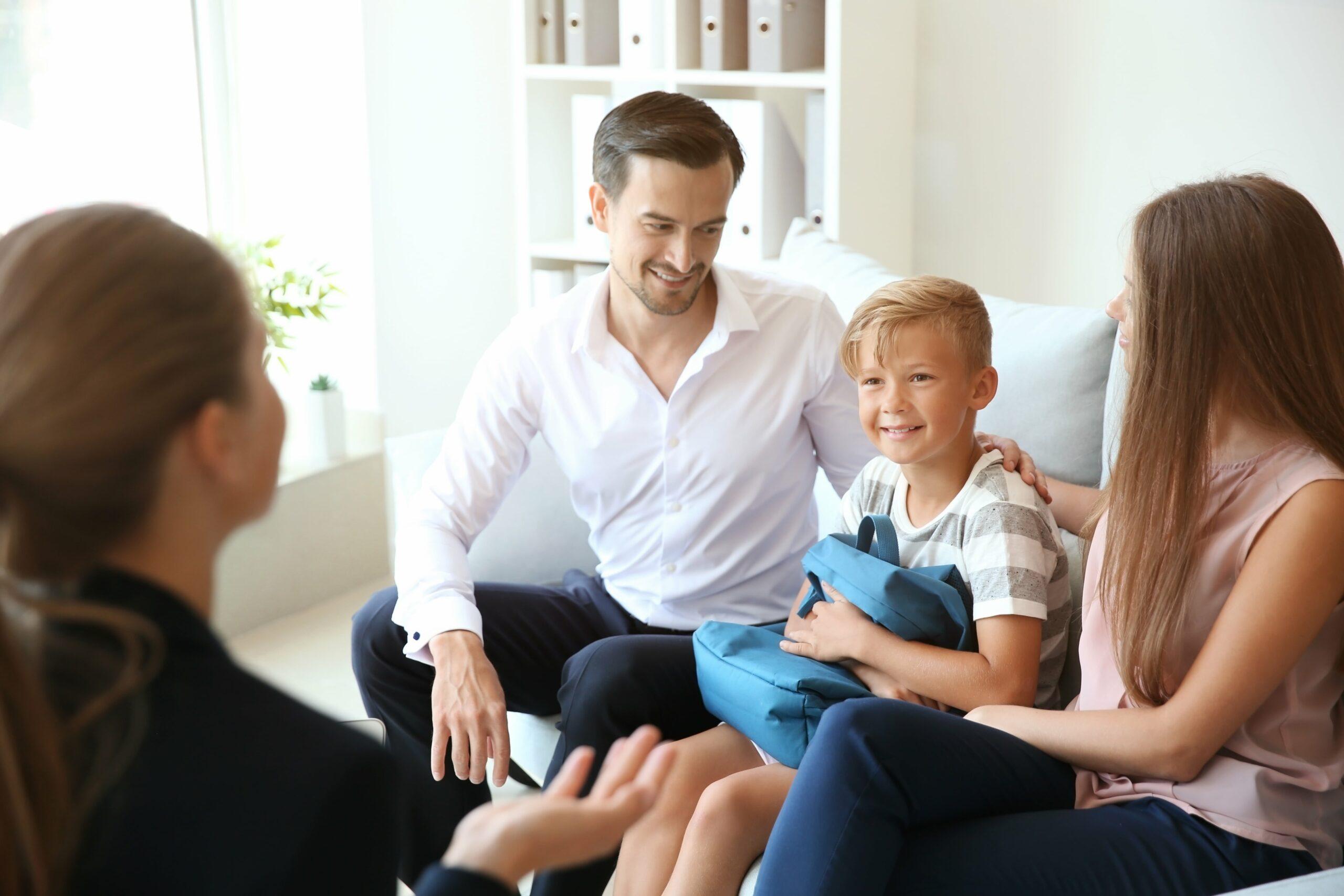 ouders en kind bij leraar
