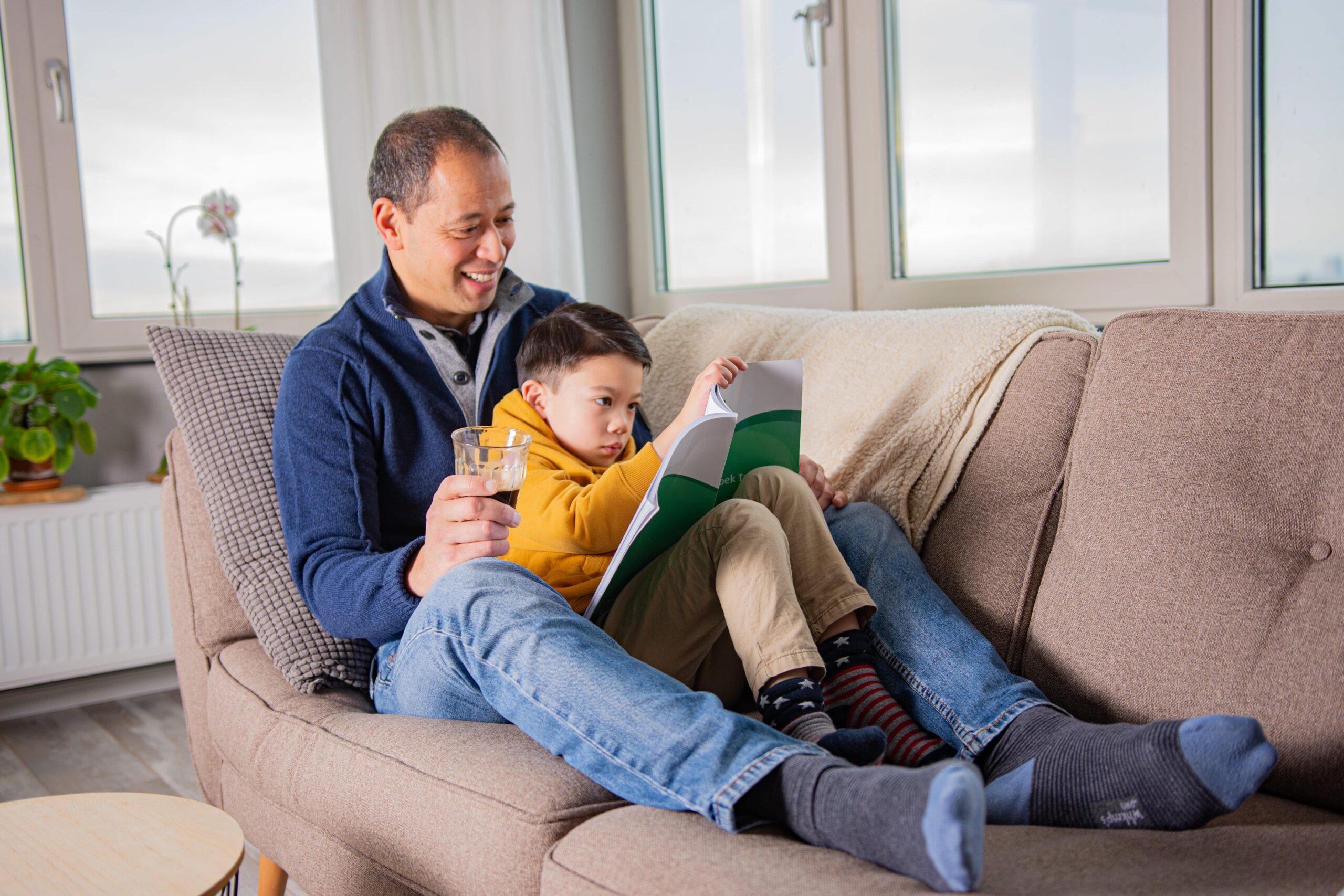 vader helpt zoon lezen