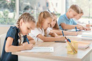 kinderen in de klas aan het werk