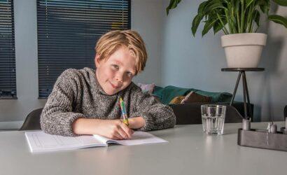 jongen schrijven boek