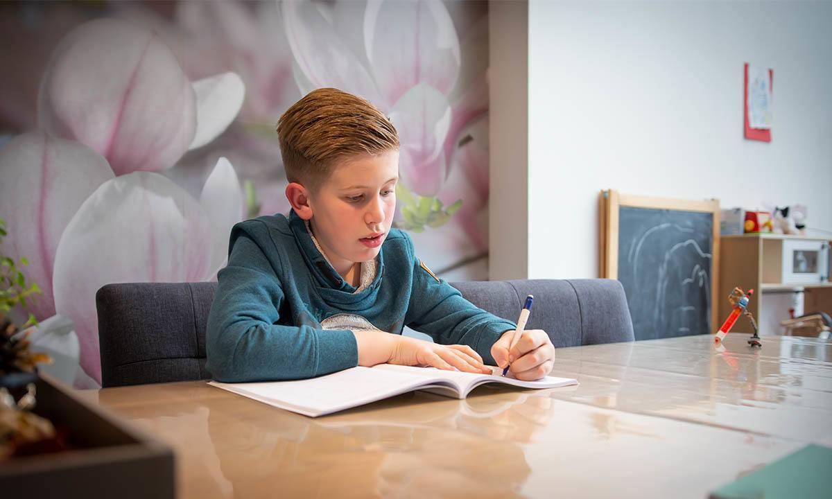 jongen-schrijven-boek