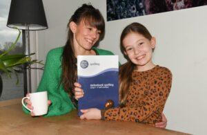 moeder en dochter met spellingsboek