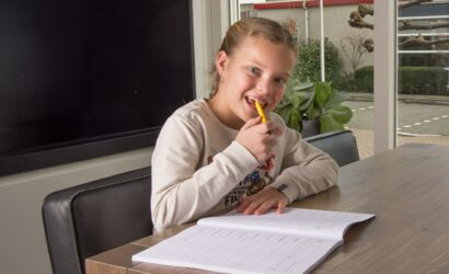 meisje met pen en oefenboek