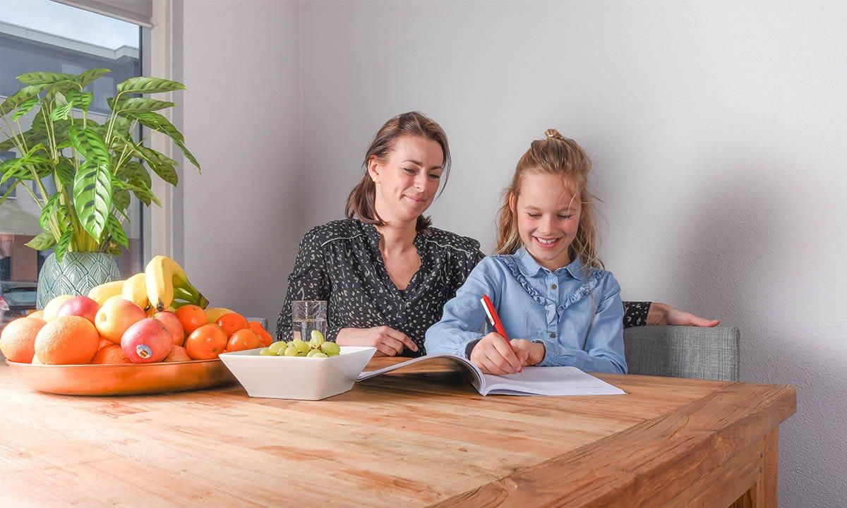 moeder dochter keukentafel werkboek