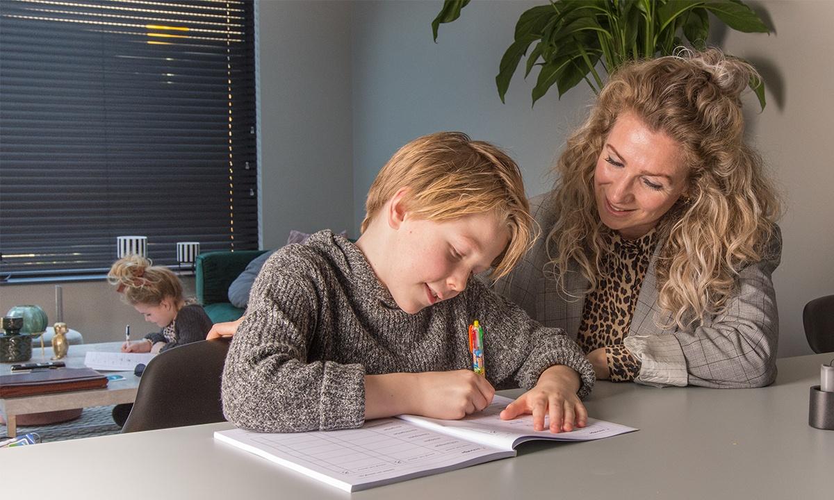 moeder zoon en dochter huiswerk maken