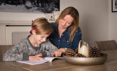 moeder zoon samen oefenen werkboek