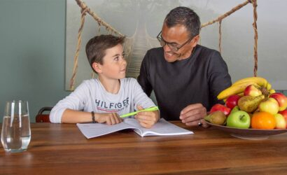 vader en zoon huiswerk maken