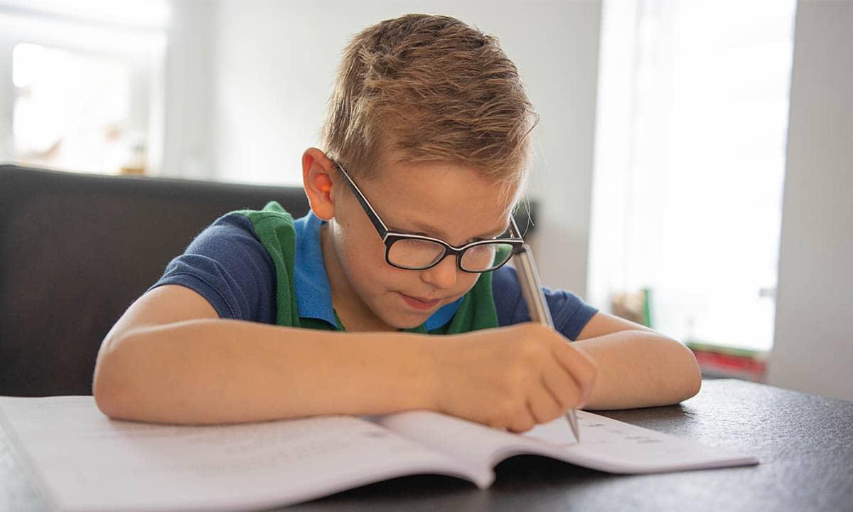 jongen opdrachten maken werkboek