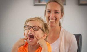 moeder en zoon lachen