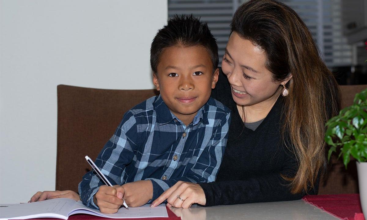 moeder en zoon opdrachten maken werkboek