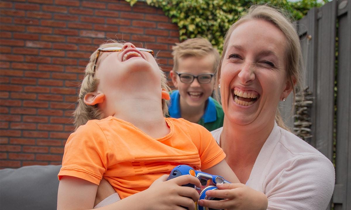 moeder en zoons plezier buiten