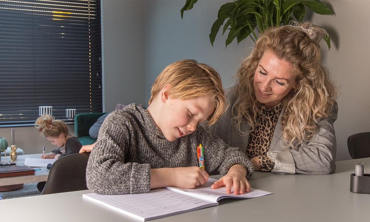 zoon moeder dochter schoolwerk oefenen