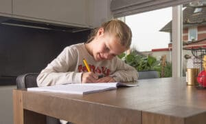 meisje keukentafel opdrachten werkboek