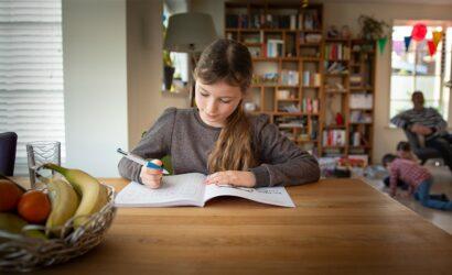 meisje maakt oefeningen in werkboek