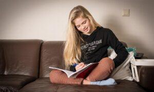 meisje op de bank met werkboek school