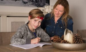 moeder en zoon maken huiswerk