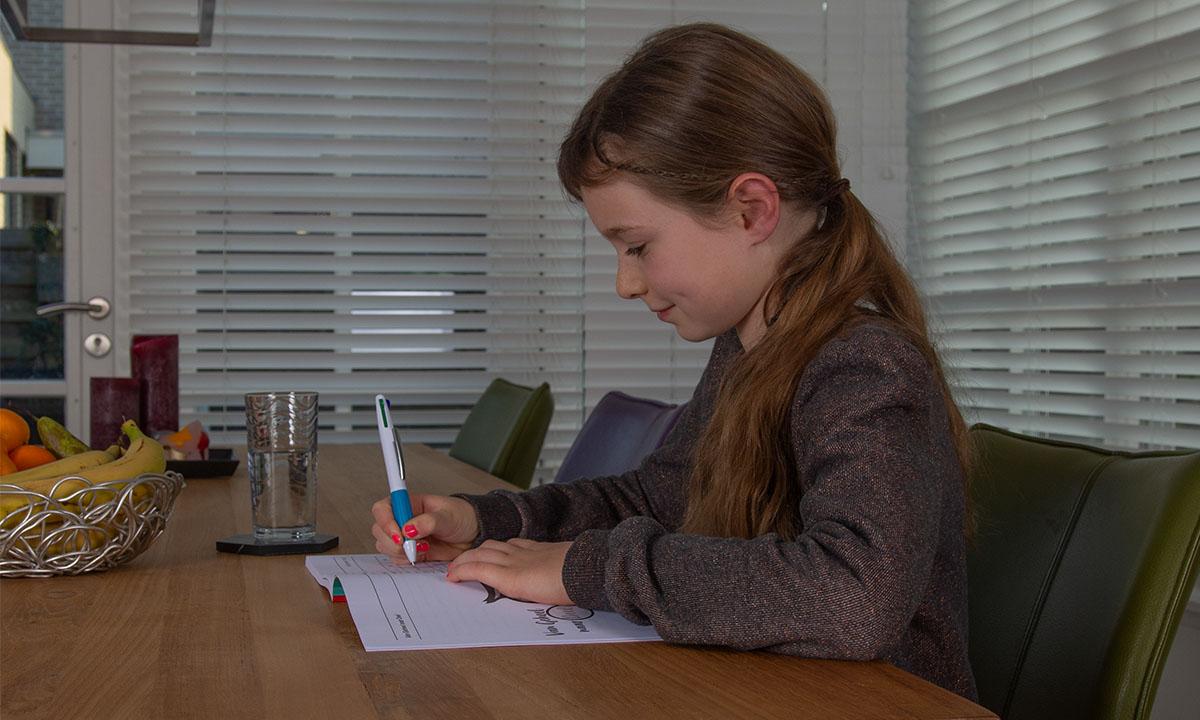 meisje maakt oefenopdrachten in werkboek