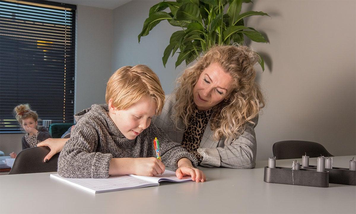 moeder helpt kinderen met leren