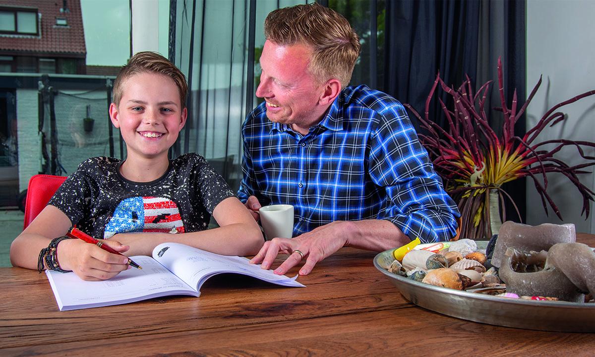 vader en zoon maken huiswerk