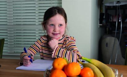 basisschoolleerling maakt opdrachten aan de keukentafel