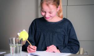 meisje maakt opdracht in werkboek met pen