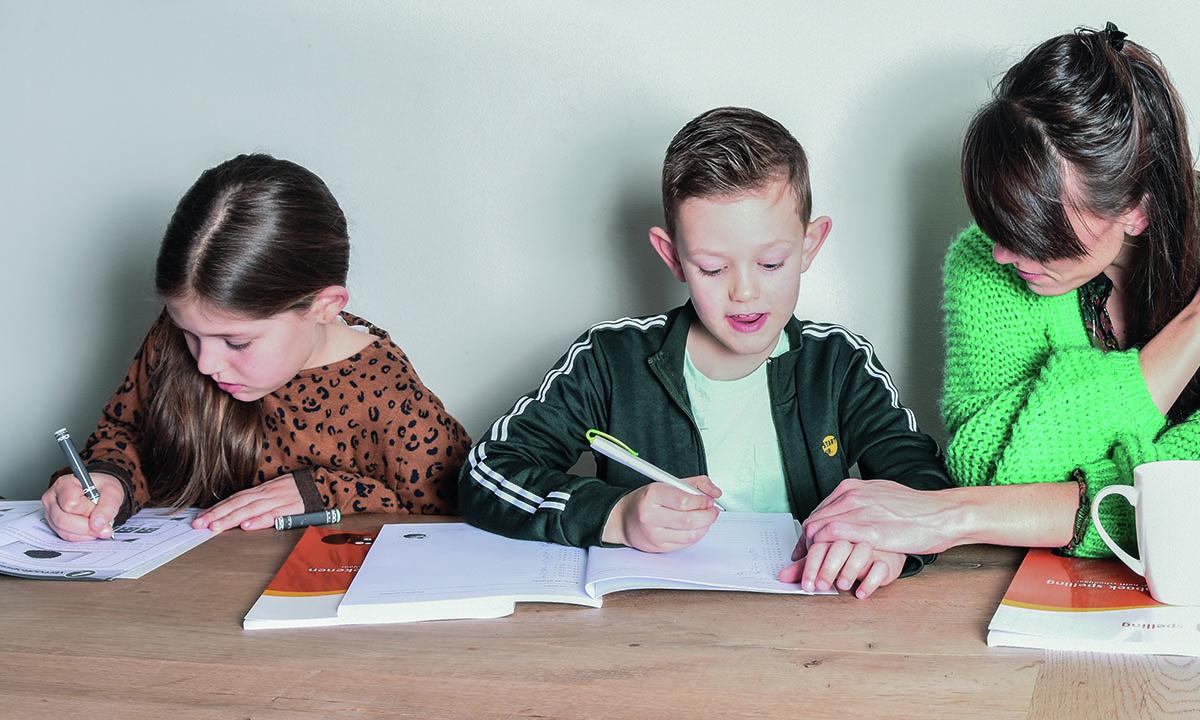 moeder met kinderen maken oefeningen voor school